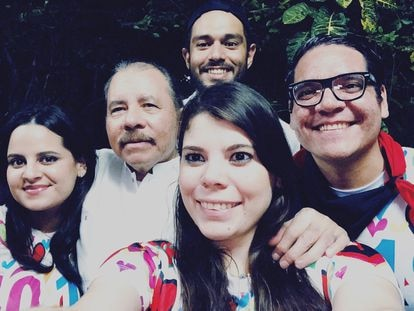 O presidente da Nicarágua, Daniel Ortega, e seus filhos Luciana (à esq.), Camila e Maurice Ortega (de óculos), em 19 de julho de 2019.