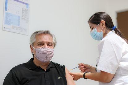 O presidente argentino, Alberto Fernández, vacinou-se com a Sputnik V em janeiro. Há poucos dias, anunciou resultado positivo no exame de coronavírus, embora assintomático.