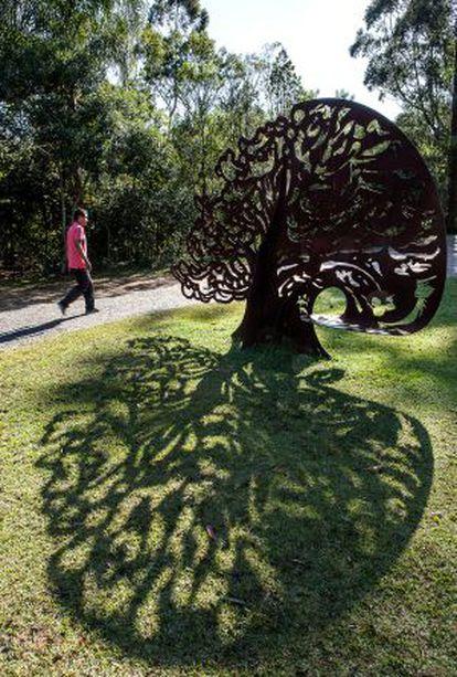 'Árvore', escultura de Alê Bufe em ferro.