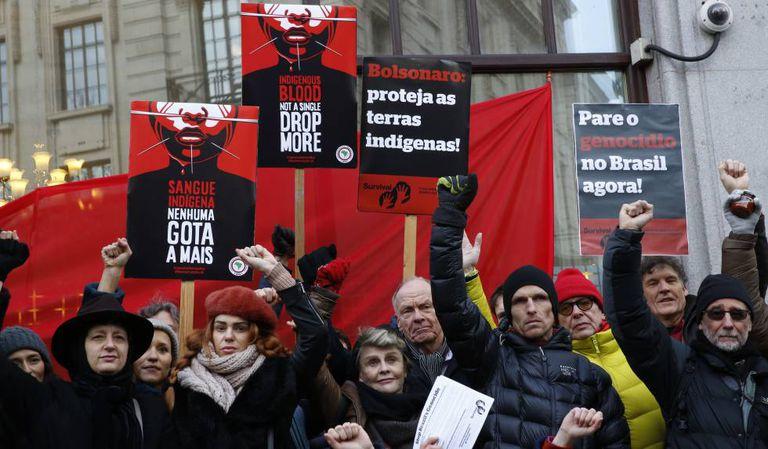 A atriz Julie Christie e outros manifestantes em frente à Embaixada do Brasil em Londres protestam no dia internacional de ação pelos povos indígenas do Brasil.