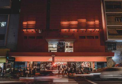 Fachada do cinema de rua Petra Belas Artes, em São Paulo.
