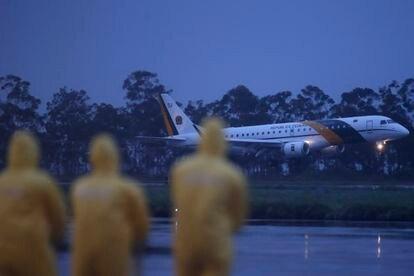 Equipe de apoio aguarda desembarque de brasileiros na Base Aérea de Anápolis, Goiás. Grupo de 34 passageiros foi repatriado de Wuhan, na China por conta da epidemia de coronavírus.