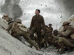 """MIA31. LOS ÁNGELES (CA, EEUU), 09/01/2020.- Fotograma cedido por Universal Pictures donde aparece el actor George MacKay (c) como Schofield, durante una escena de la cinta bélica """"1917"""" que desembarca en los cines como el estreno más destacado de la cartelera esta semana. EFE/François Duhamel/Universal Pictures/SOLO USO EDITORIAL/NO VENTAS"""