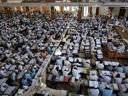 Centenas de alunos assistem a uma aula na madraça Haqqania, perto de Peshawar (Paquistão), em 11 de setembro.