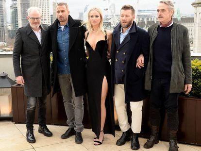 Jennifer Lawrence posando (sem casaco) com seus colegas de elenco