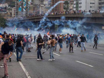 Manifestantes protestam contra o Governo Maduro.
