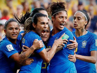 Mobilização em torno da seleção feminina enche bares e turbina audiência da Copa na TV.