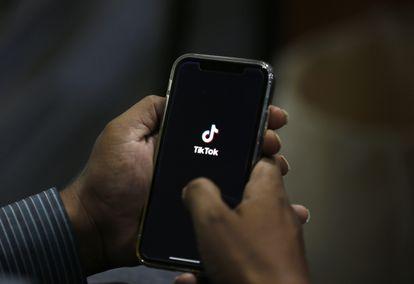Rede social TikTok é acusada de roubar dados dos dispositivos de seus usuários.