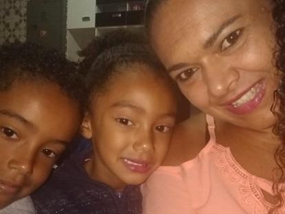 Fátima, empregada doméstica que não foi liberadas pelos patrões, e seus dois filhos.
