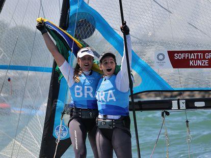 A dupla brasileira Martine Grael e Kahena Kunze celebra a medalha de ouro nos Jogos Olímpicos de Tóquio nesta terça-feira, 3 de agosto.