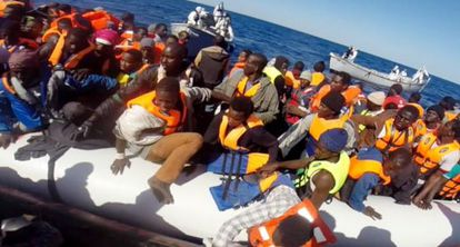 Guarda Costeira italiana resgata 220 imigrantes no Mediterrâneo.