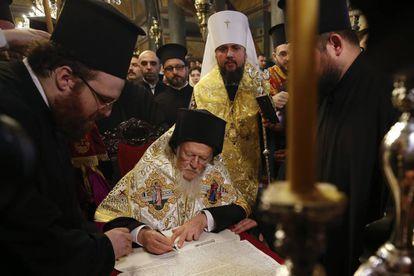 Bartolomeu I assina o decreto que marca a separação da Igreja Ortodoxa da Ucrânia em relação à da Rússia, neste sábado, em Istambul.