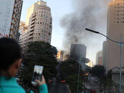 Manifestantes colocaram fogo em pneus em protesto contra medidas do Governo, no centro de São Paulo.