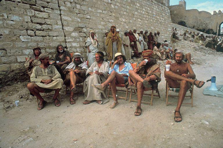 """A equipe do Monty Python durante as gravações de """"A vida de Brian"""""""