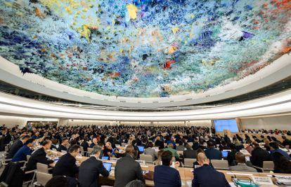 O Conselho dos Direitos Humanos da ONU reunido em Genebra, em 24 de fevereiro, sob a cúpula pintada por Miquel Barceló.