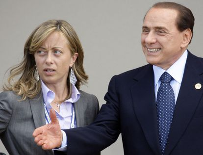 Berlusconi, em 2009, com a aspirante Meloni, agora grávida.