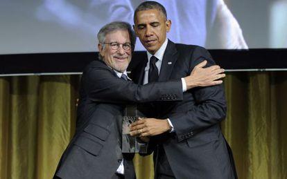 Obama recebendo o prêmio a mãos de Spielberg