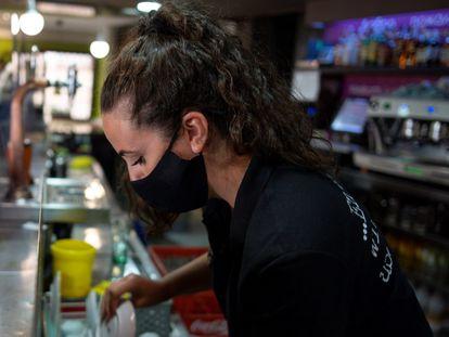 Garçonete trabalha em um bar de Toledo, na Espanha.