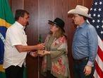 O presidente Jair Bolsonaro com a embaixatriz Janetta Chapman e o embaixador dos EUA no Brasil, Todd Chapman, no dia 4 de julho, na embaixada norte-americana em Brasília