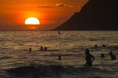 Praia de Ipanema na véspera de ano-novo.