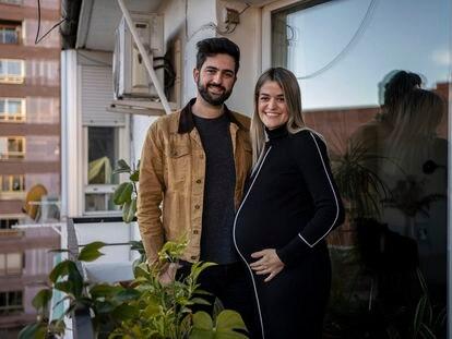 Paloma e Víctor em sua casa em Madri: o casal espera o primeiro filho para este mês de janeiro.