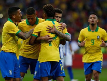 Brasileiros comemoram gol marcado contra Honduras.