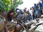AME8565. LOS CAYOS (HAITÍ), 14/08/2021.- Grupos de personas realizan tareas de búsqueda de supervivientes tras un seísmo de 7,2 grados hoy, en Los Cayos (Haití). El terremoto se registró a las 08.29 hora local (12.29 GMT) al noreste de Saint-Louis du Sud, en el sur de Haití, y tuvo una profundidad de 10 kilómetros, de acuerdo con el Servicio Geológico de Estados Unidos (USGS, en inglés). EFE/ Ralph Tedy Erol