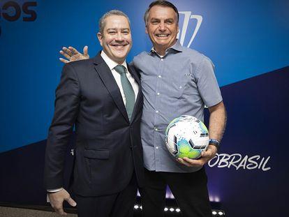 Jair Bolsonaro posa ao lado de Rogério Caboclo, presidente da CBF.
