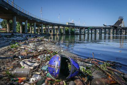 Lixo acumulado na baía de Guanabara, no Rio, em  de junho.