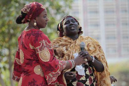 Rebecca Samuel (direita), mãe de Sarah, uma das 200 meninas sequestradas em Chibok, fala desesperada em um ato da campana #Bringbackourgirls realizado em 1 de janeiro, em Abuja (Nigéria).
