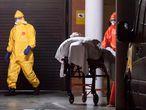 GRAF919. MURCIA, 23/03/2020.- Enfermeros del servicio murciano de salud, trasladan esta noche al hospital a un hombre de la residencia de mayores Caser, de la pedanía murciana de Santo Ángel, en la que estaba el tercer fallecido por coronavirus en la región de Murcia. EFE/Marcial Guillén