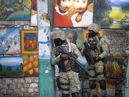 Dois soldados patrulham Petion Ville, o bairro de Porto Príncipe onde vivia o presidente Jovenel Moïse, assassinado em sua casa na madrugada desta quarta-feira.
