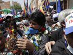 BOL01. VILLAZÓN (BOLIVIA), 09/11/2020.- El expresidente de Bolivia Evo Morales (c) saluda a simpatizantes a su llegada hoy a Villazón, población boliviana en la frontera con Argentina. El exmandatario boliviano Evo Morales (2006-2019) cruzó este lunes por la mañana la frontera con Bolivia después de casi un año viviendo en Argentina, en un acto que contó con la presencia del presidente argentino, Alberto Fernández. EFE/ Paolo Aguilar