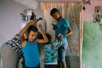 Família brinca no bairro de El Valle, em Caracas.