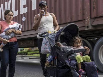 Os irmãos Arriaga caminham pela estrada que leva à Cidade da Guatemala.