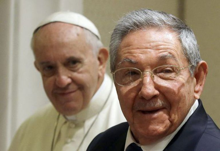 Raúl Castro (d) e o papa no Vaticano.