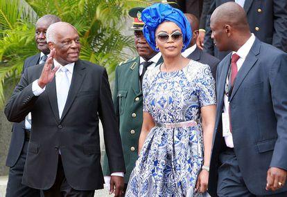 O ex-presidente de Angola (à esquerda) e sua esposa, na cerimônia de transmissão do cargo na terça-feira em Luanda