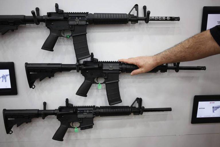 Rifles AR-15 expostos na Associação Nacional do Rifle.