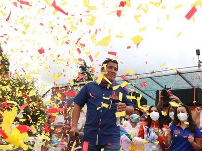 Andrés Arauz, candidato à presidência do Equador, encerra a campanha eleitoral em Quito, no dia 4 de fevereiro.
