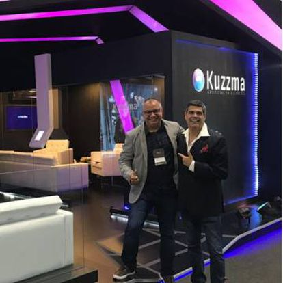 Hebert Paes Leme, organizador da ExpoCristã, e Paulo Oliveira, vendedor da Kuzzma, no estande da empresa durante o evento.