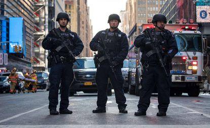 Policiais próximos à estação onde ocorreu a explosão.