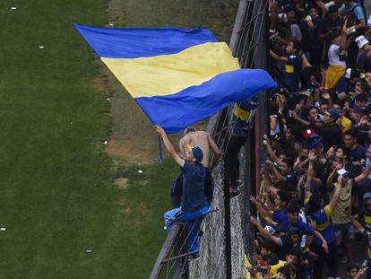 Torcedor do Boca durante treino na Bombonera.