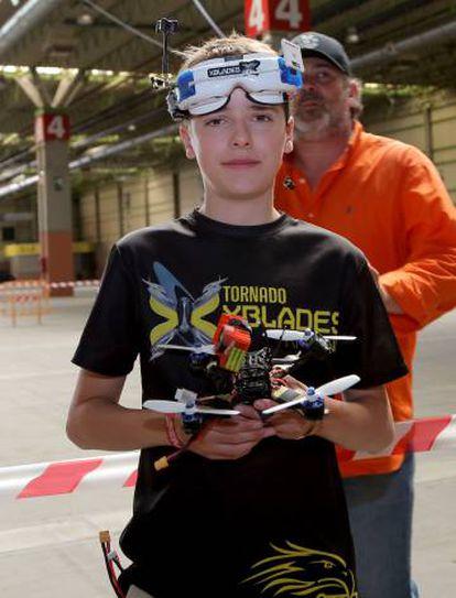 Luke Vannisteur posa com seu dron na apresentação da feira Expodrónica.