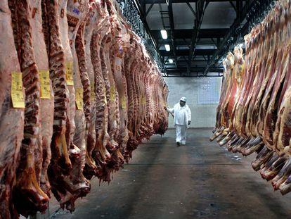 Inspetor supervisiona carne bovina em uma câmara frigorífica em Buenos Aires, no mês de julho.