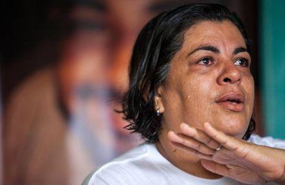 Málaque Mauad Soberay, durante entrevista em sua casa, em Altamira (PA). Ao fundo, um painel com a foto do filho assassinado