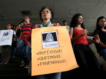 Mulheres fazem ato na rodoviária do Plano Piloto para denunciar o feminicídio no Distrito Federal, em dezembro de 2016.