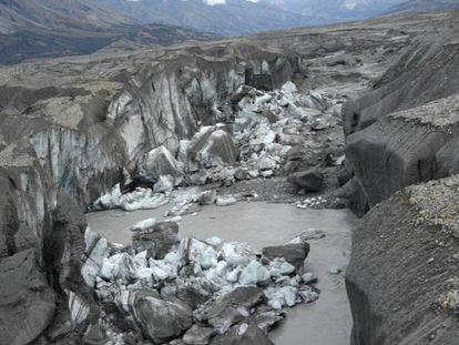 Restos de gelo no canhão pelo que baixava o glaciar Kaskawulsh, em 2016.