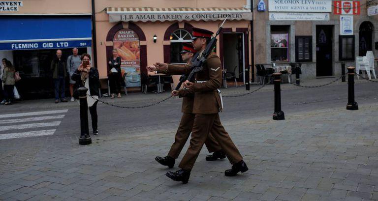 Soldados durante troca da guarda em Gibraltar, na quarta-feira.
