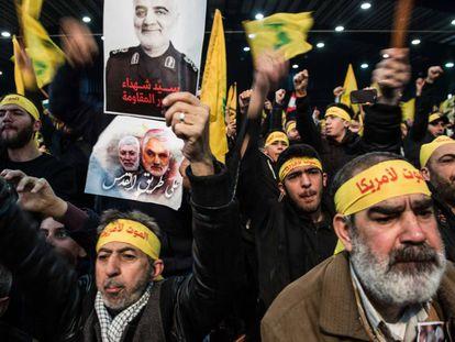 Simpatizantes do Hezbollah ouvem o discurso televisionado de Nasrallah, neste domingo, no bairro de Dahie, em Beirute.