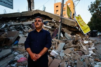 O livreiro e editor Samir Mansur, diante dos restos de sua livraria, destruída por um bombardeio israelense, em maio em Gaza.